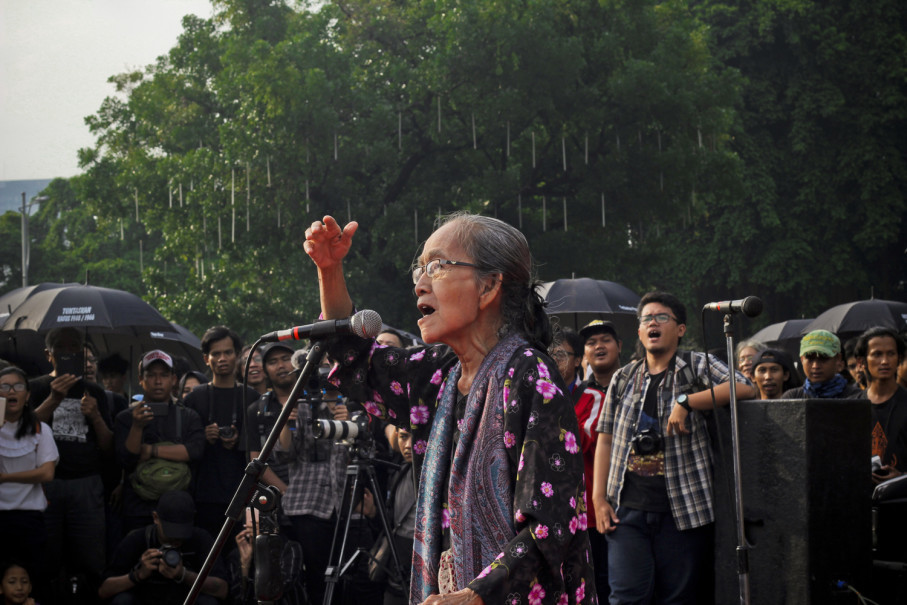 Sri Sulistyowati, 77, a surviving victim of the 1965-1966 anti-communist pogrom, speaks during the Kamisan protest on Thursday (27/07). (JG Photo/Yudha Baskoro)