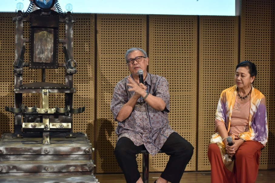'Warisan' director Nano Riantiarno and his wife and manager Ratna Riantiarno speak during a press conference at Galeri Indonesia Kaya, Central Jakarta, on Wednesday (26/07). (Photo courtesy of Image Dynamics)