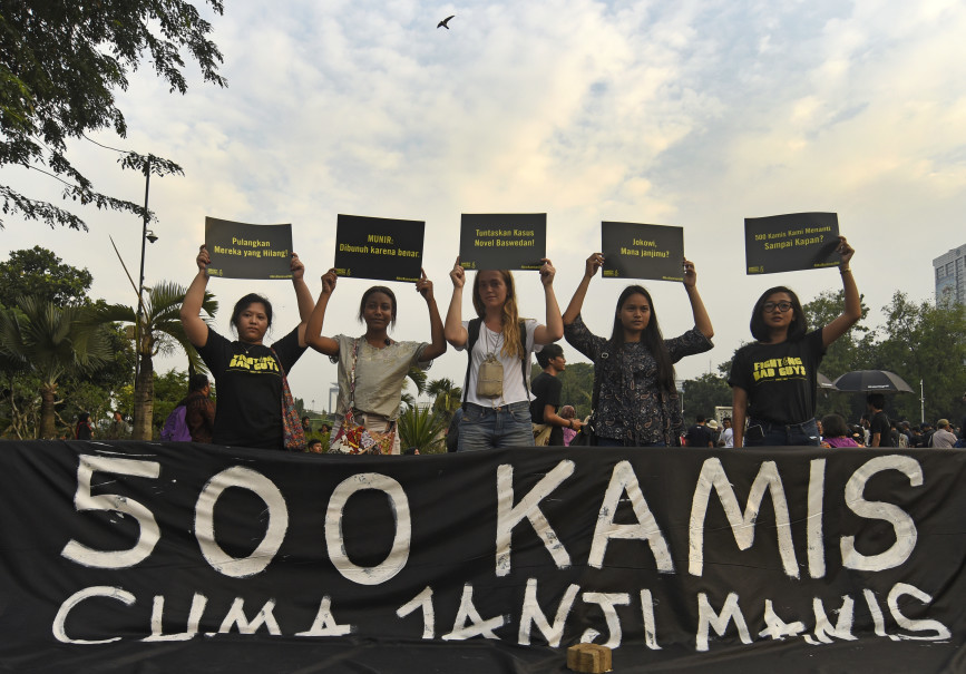 Protesters in front of the State Palace on Thursday (27/07) say President Joko Widodo's promise last year to solve all cases of gross human rights violations has remained unfulfilled. (Antara Photo/Fanny Octavianus)