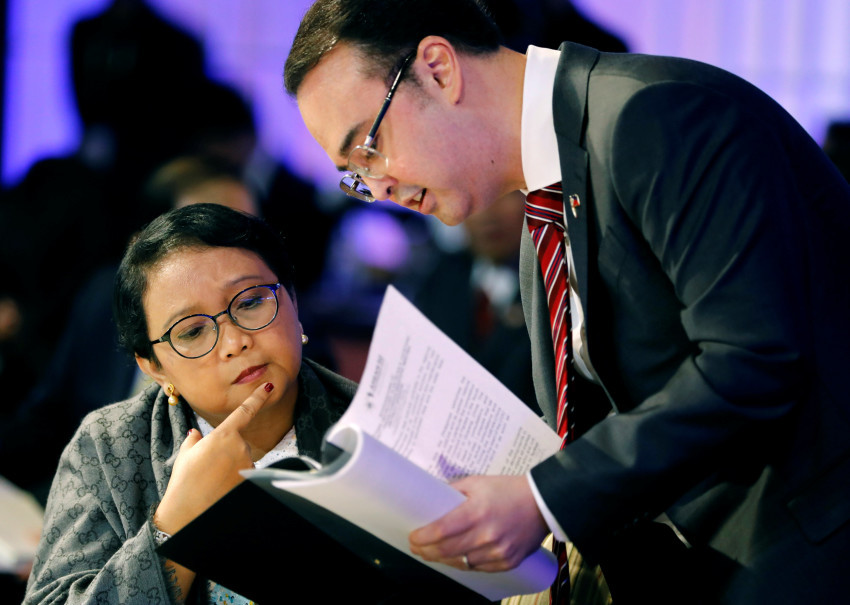 Philippine Foreign Secretary Alan Peter Cayetano discusses contents of Asean draft documents with Indonesia's Foreign Minister Retno Marsudi in Manila on Aug. 5, 2017. (Reuters Photo/Erik De Castro)