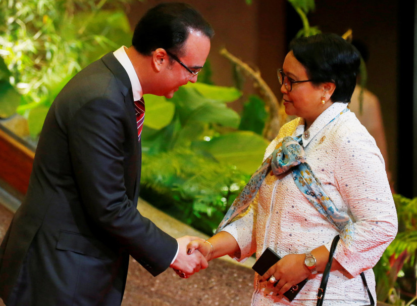 Philippine Foreign Affairs Secretary Alan Peter Cayetano, left, greets Indonesian Foreign Minister Retno Marsudi during a reception at the Philippine International Convention Center in Pasay City, Metro Manila, on Aug. 5, 2017. (Reuters Photo/Bullit Marquez)