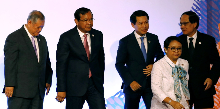 From left to right, Brunei's Second Minister of Foreign Affairs and Trade Lim Jock Seng, Cambodia's Foreign Minister Prak Sokhon, Laos' Foreign Minister Saleumxay Kommasith, Indonesia's Foreign Minister Retno Marsudi, and Asean Secretary-General Le Luong Minh attend a meeting of the 50th Asean Regional Forum (ARF) in Manila on Aug. 5, 2017. (Reuters Photo/Erik De Castro)