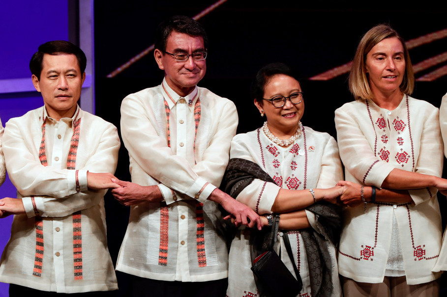 Laos' Foreign Minister Saleumxay Kommasith, Japan's Foreign Minister Taro Kono, Indonesia's Foreign Minister Retno Marsudi and EU Foreign Policy Chief Federica Mogherini link arms during a gala dinner of the Association of South East Asian Nations (Asean) Foreign Ministers' Meeting in Manila on Aug. 6, 2017. (Reuters Photo/Mark Cristino)