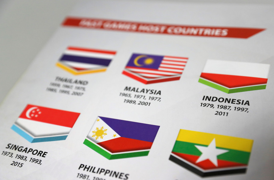 Malaysia has apologized to Indonesia for printing the country's national flag upside down in the official program handed out at the opening of this year's Southeast Asian Games. (Reuters Photo/Edgar Su)