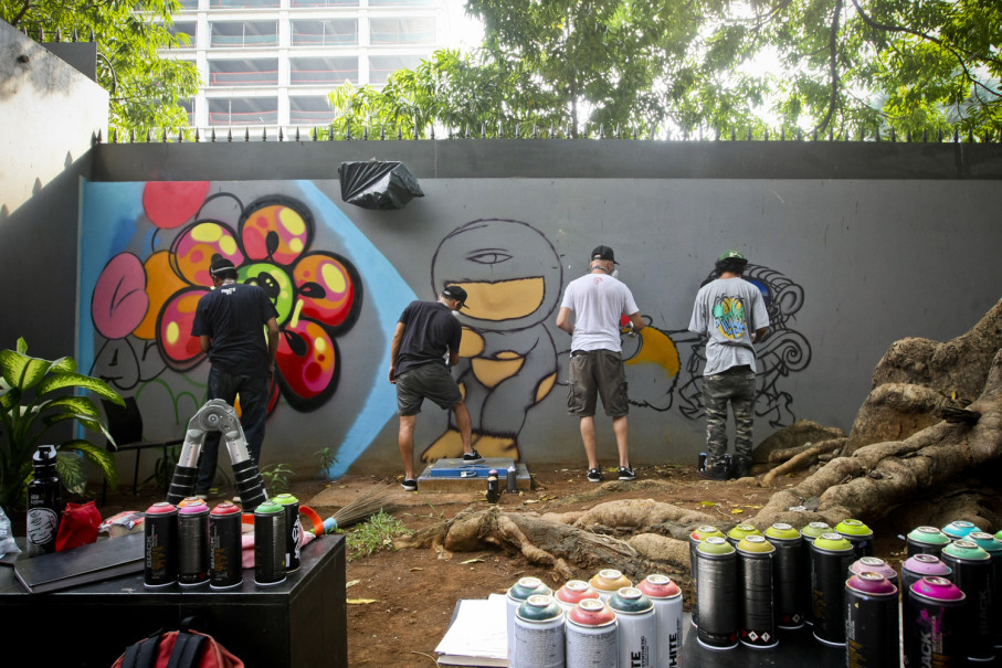 From left, Wormo (Indonesia), Alex, Ceet, and Sleeck paint the walls of the Institut Francais d'Indonésie (IFI) in Central Jakarta on Thursday (10/08). (JG Photo/Yudha Baskoro)