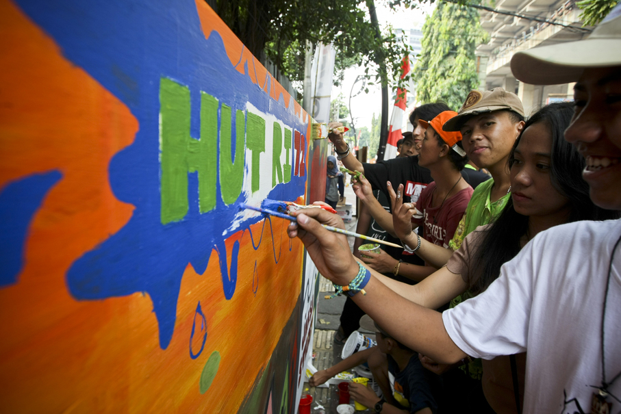 Teenagers of Jalan Jaksa also paint a mural in the celebration of Indonesia's Independence Day on Thursday (17/08). (JG Photo/Yudha Baskoro)