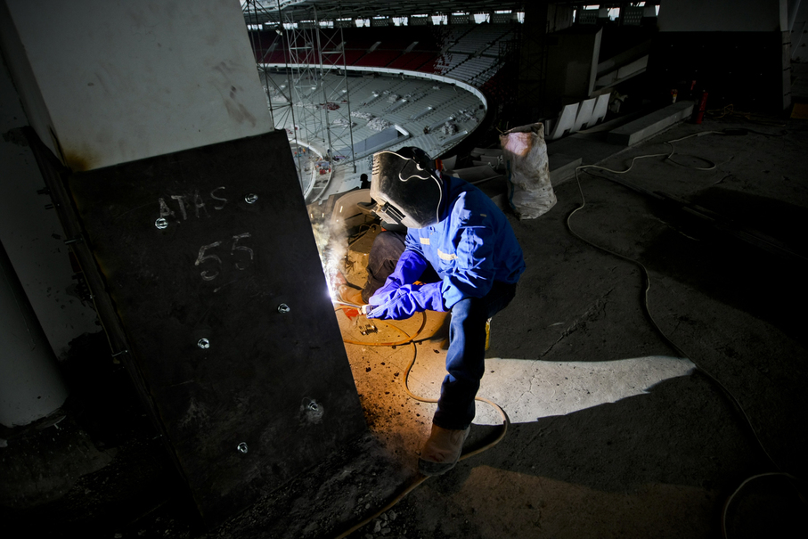 A worker welds a joint in the stadium's upper stand. (JG Photo/Yudha Baskoro)
