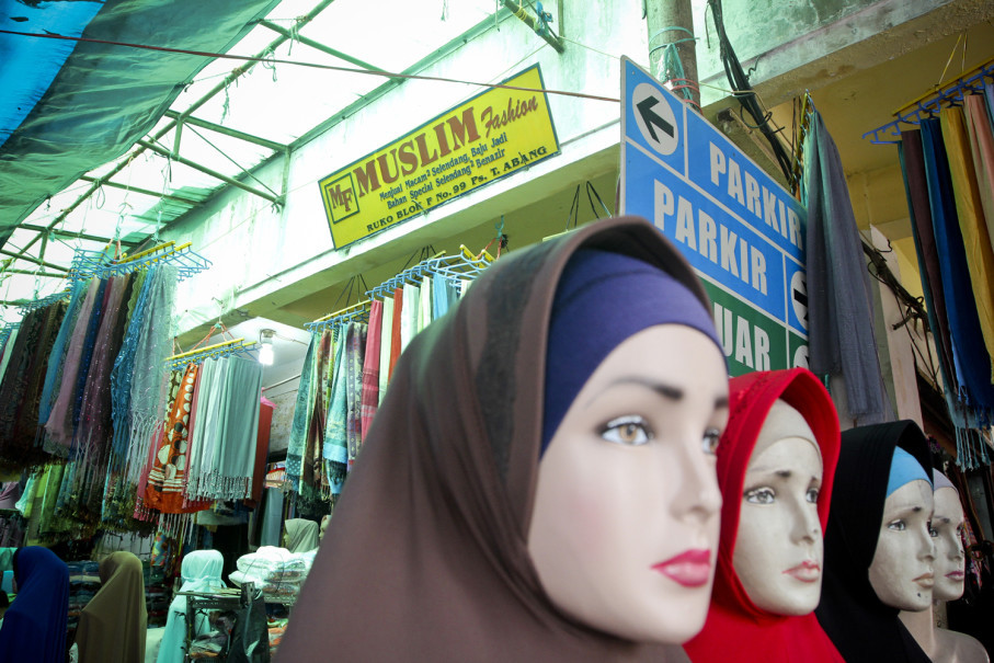 The market's main headscarves section lies in front of its Block G building. (JG Photo/Yudha Baskoro)