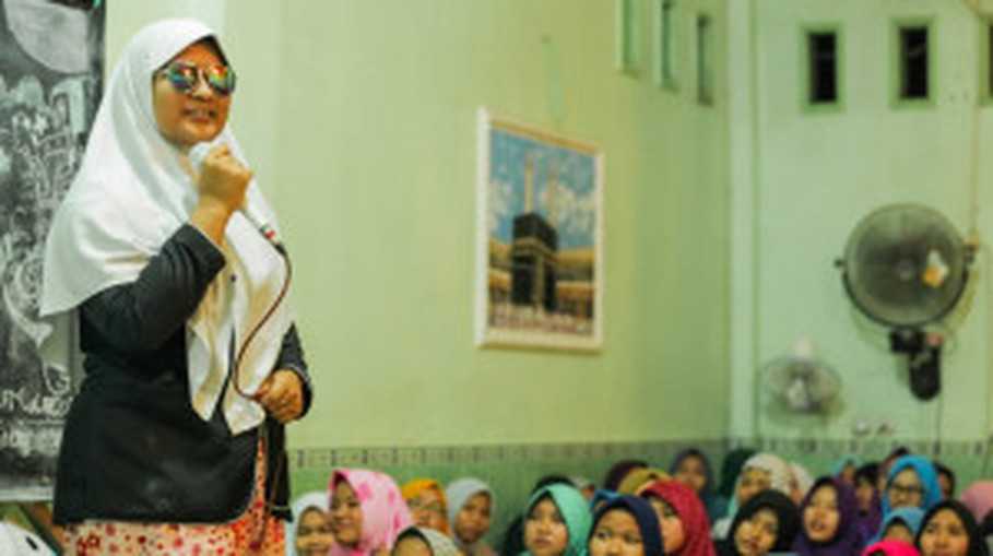 A female student performs in front of her friends. (Photo courtesy of Shalahuddin Siregar)