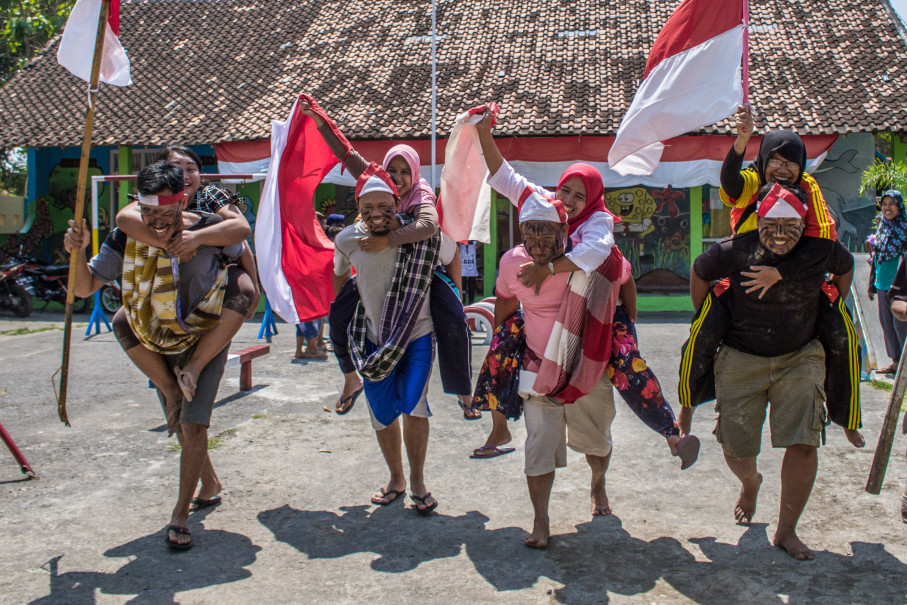 Happy citizens participating in a unique competition in Demak, Central Java, on Sunday to celebrate Independence Day. (Antara Photo/Aji Styawan)