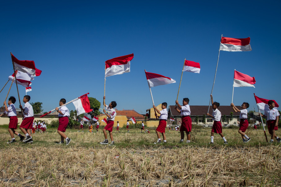 Students flying red-and-white national flags at a contest in Solo, Central Java, on Tuesday to celebrate the 72nd anniversary of Indonesia's independence. (Antara Photo/Mohammad Ayudha)