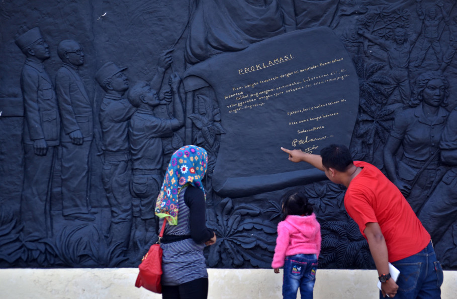 Visitors look at a wall relief that tells the story of Indonesia's national heroes at the Palagan Ambarawa monument in Central Java. (Antara Photo/Aditya Pradana Putra)