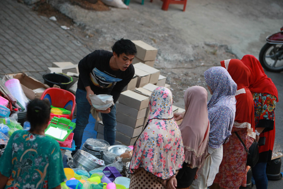 Haggling is an art for roadside sellers like this one in Bintara. (JG Photo/Yudhi Sukma Wijaya)