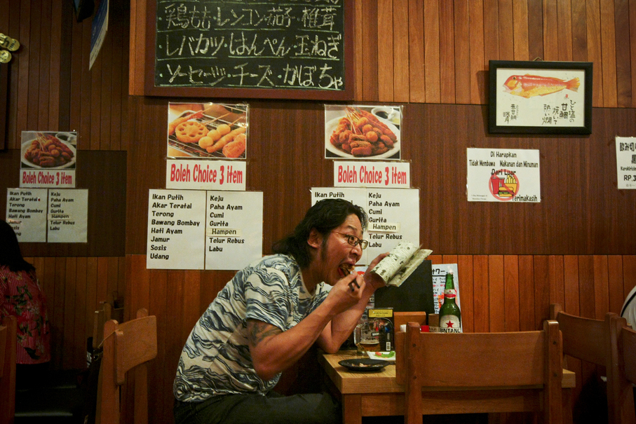 A Japanese salaryman tucks into his dinner at Kashiwa, an authentic Japanese restaurant in Blok M. (JG Photo/Yudha Baskoro)