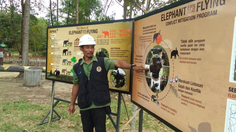One of the mahout explains about Elephant Flying Squad. (JG Photo/Muhamad Al Azhari)