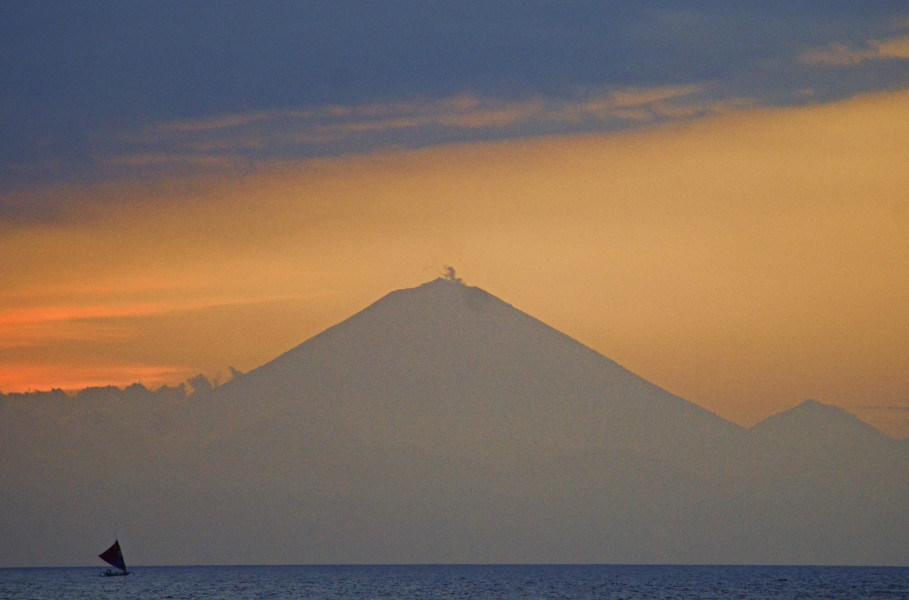 Mount Agung, Bali (Antara Photo/Ahmad Subaidi)