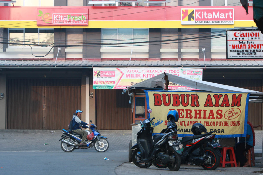 A stall selling 'bubur ayam,' or chicken porridge, a breakfast staple for many Indonesians, in Bintara. (JG Photo/Yudhi Sukma Wijaya)