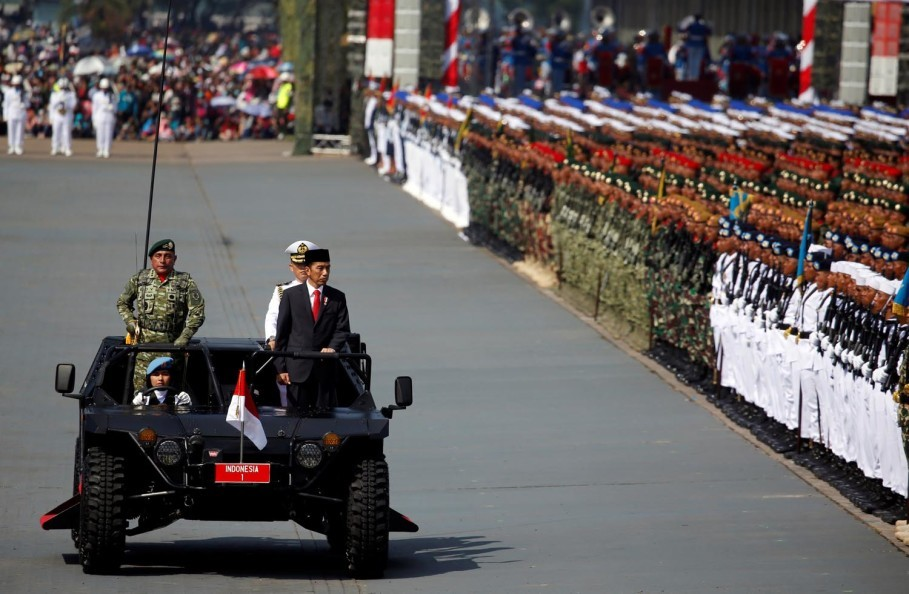 President Joko 'Jokowi' Widodo inspects the forces during celebrations for the 72nd anniversary of the TNI in Cilegon, Banten, on Thursday. (Reuters Photo/Beawiharta)