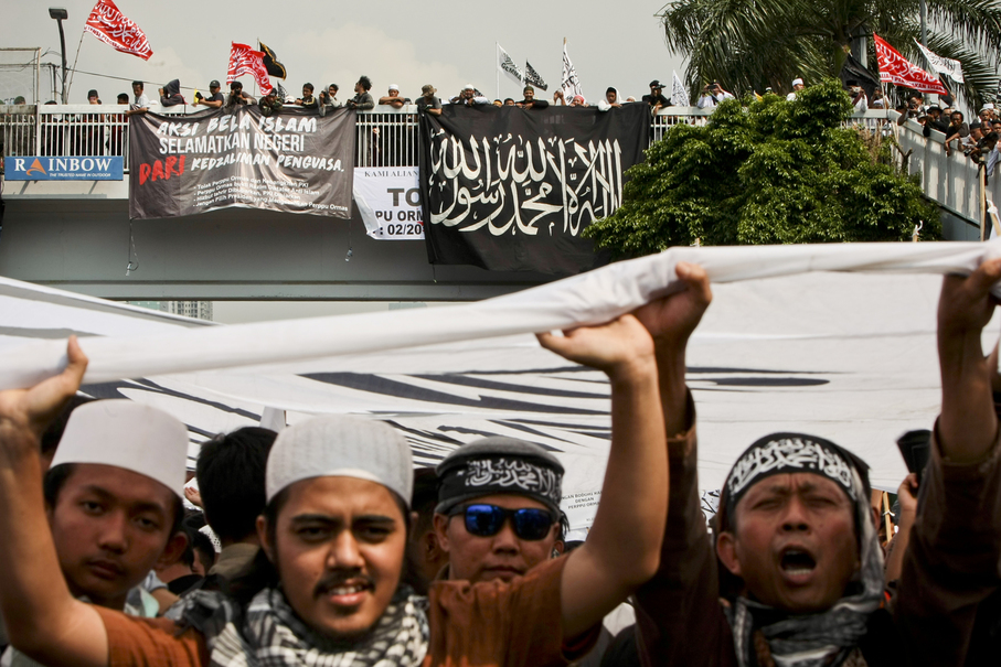 Some protesters carry flags supporting the establishment of a caliphate in Indonesia. (JG Photo/Yudha Baskoro)