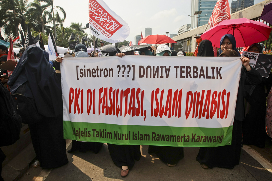 'The world has gone topsy-turvy: Islam is getting obliterated, PKI (the banned Indonesian Communist Party) is getting all the assistance it doesn't need,' says a banner on Friday. (JG Photo/Yudha Baskoro)