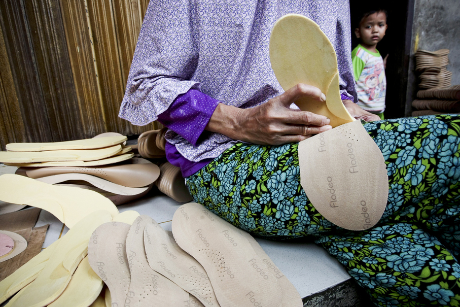 A worker prepares shoe soles at her home in Penjaringan, North Jakarta, on Thursday (05/10). (JG Photo/Yudha Baskoro)