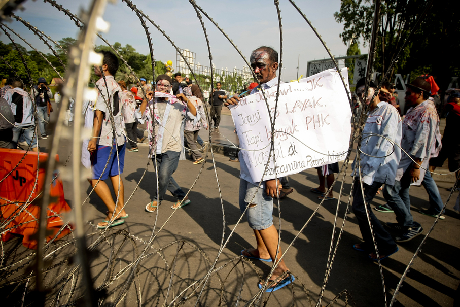 Barbed wire fences were erected around the Presidential Palace to prevent the workers from getting too close. (JG Photo/Yudha Baskoro)