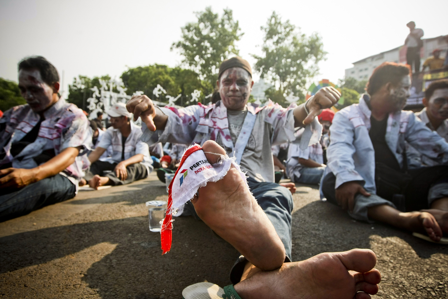 A worker wrapped a Pertamina flag around his foot. (JG Photo/Yudha Baskoro)