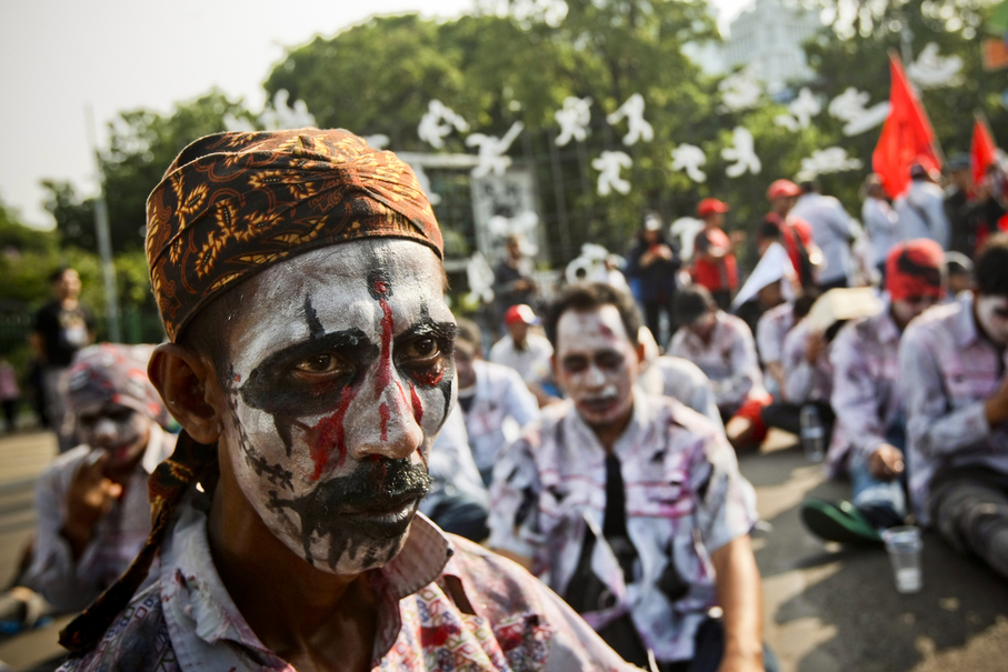 A worker in zombie makeup rests during the protest. (JG Photo/Yudha Baskoro)