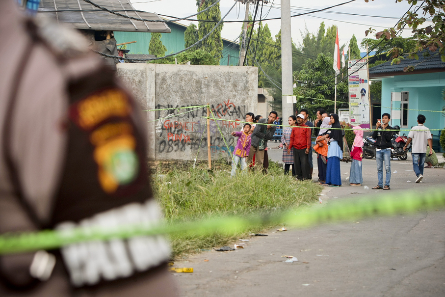 Local residents come to the scene on Friday morning, waiting for news about their relatives. (JG Photo/Yudha Baskoro)