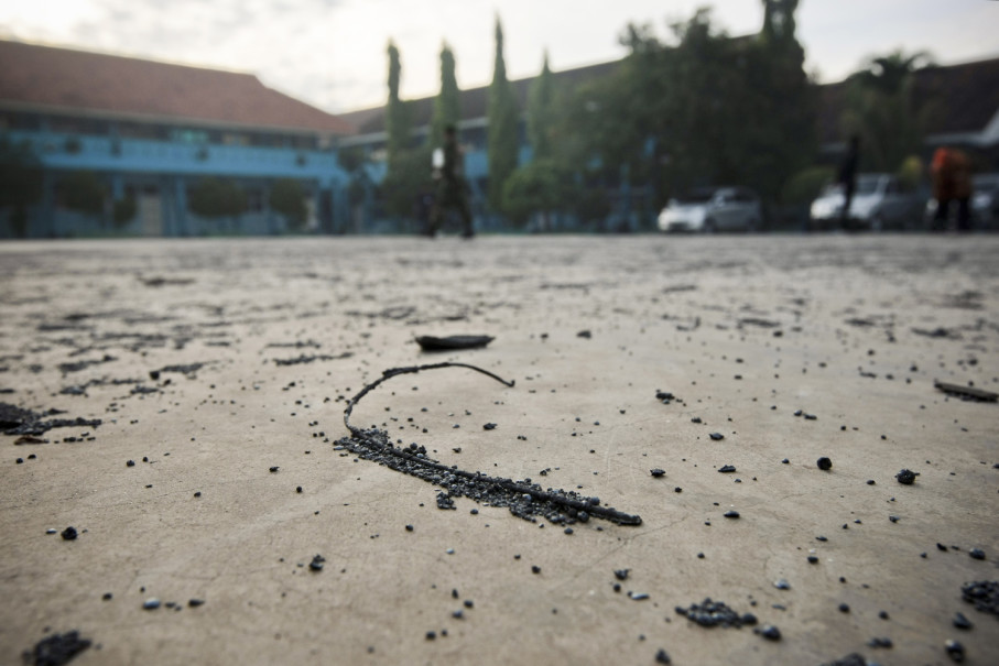 Debris from the explosion has reached a nearby junior high school. (JG Photo/Yudha Baskoro)