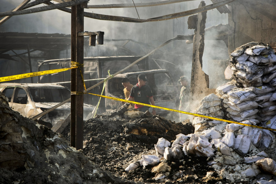 Police examine a fireworks factory gutted by fire in Tangerang, Banten, on Friday (27/10). (JG Photo/Yudha Baskoro)
