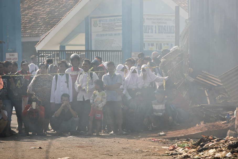 Residents come to the scene on Friday morning. (JG Photo/Yudha Baskoro)