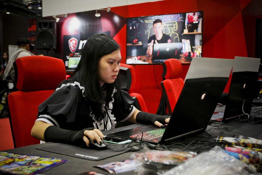 A girl joins a video game competition. (JG Photo/Yudha Baskoro)