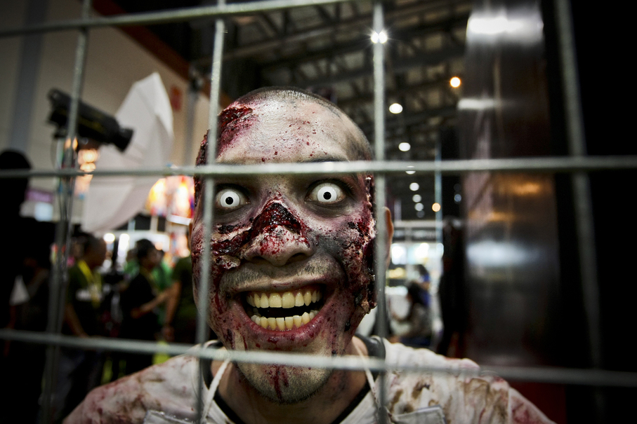 A cosplay zombie from the Walking Dead series. (JG Photo/Yudha Baskoro)