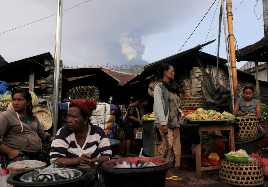 A street market stays open in Culik as Mount Agung volcano erupts on Nov. 27, 2017. (Reuters Photo/Johannes P. Christo)