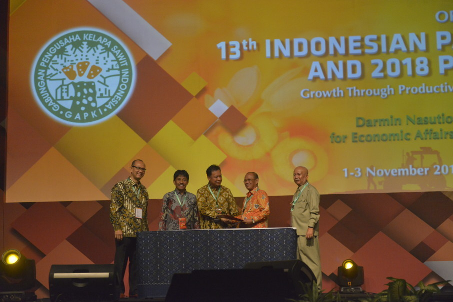 Indonesia, the largest palm oil producer in the world, will seek to increase plantation productivity and strengthen the role of smallholder farmers, Coordinating Economic Affairs Minister Darmin Nasution said at a conference on Thursday (02/11). (Photo courtesy of Gapki)