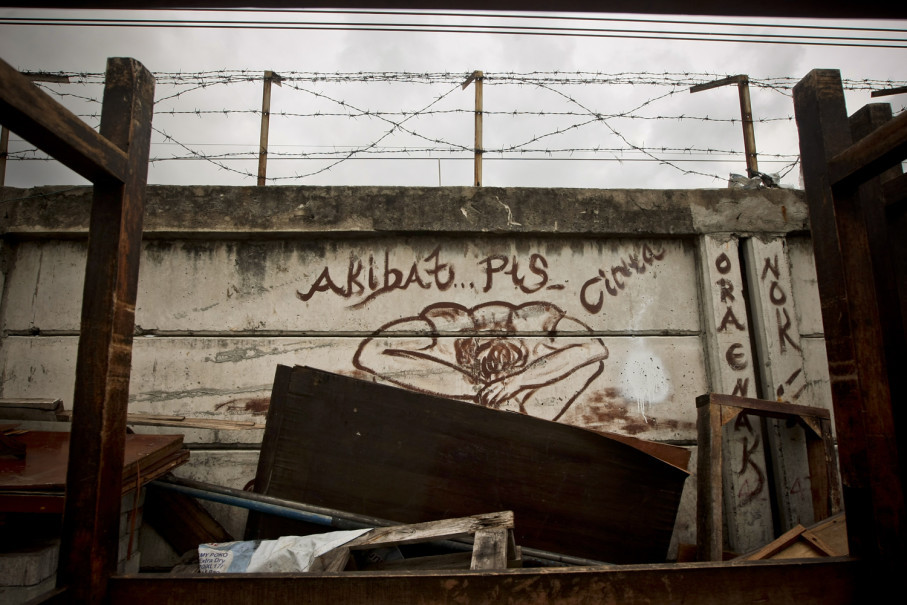 'All because of a heartbreak,' says a graffiti on a railroad fence. (JG Photo/Yudha Baskoro)