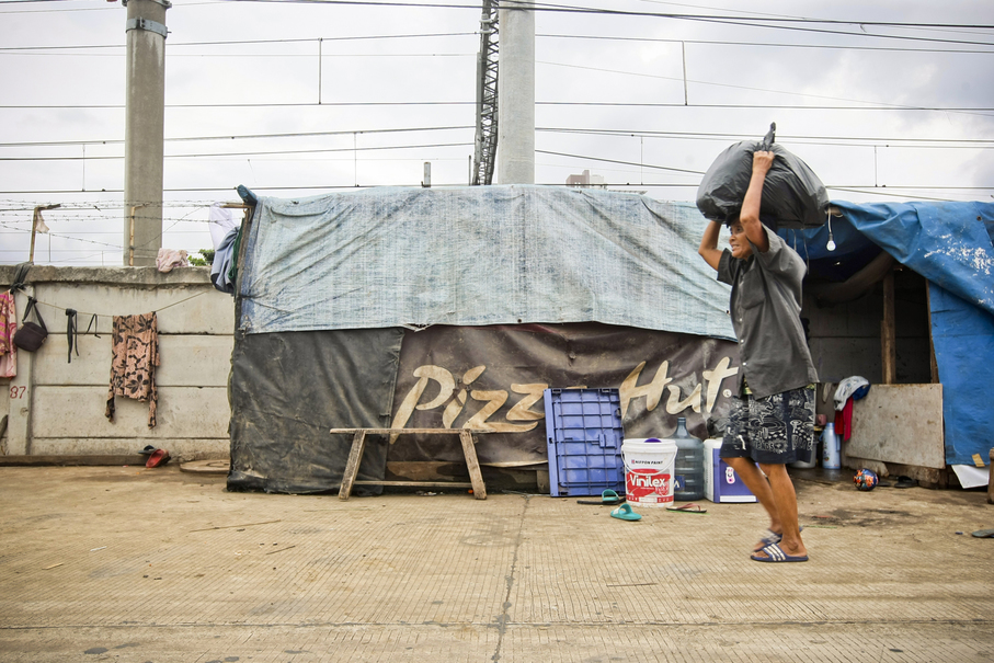 Many tents in the Western Flood Canal shanty town are constructed out of disused advertising banners. (JG Photo/Yudha Baskoro)