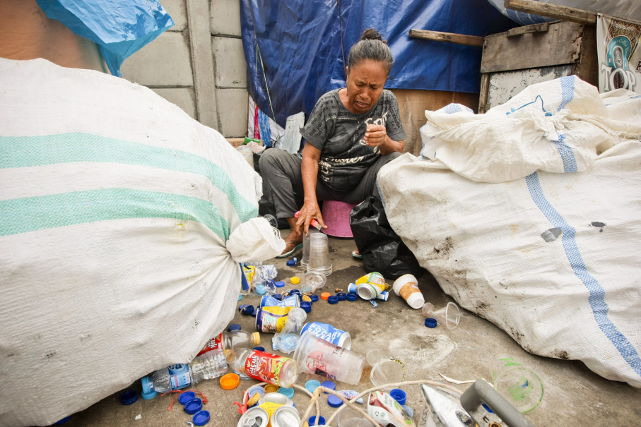 Masami, a long time resident of the area, collects used plastic bottles for a living. (JG Photo/Yudha Baskoro)