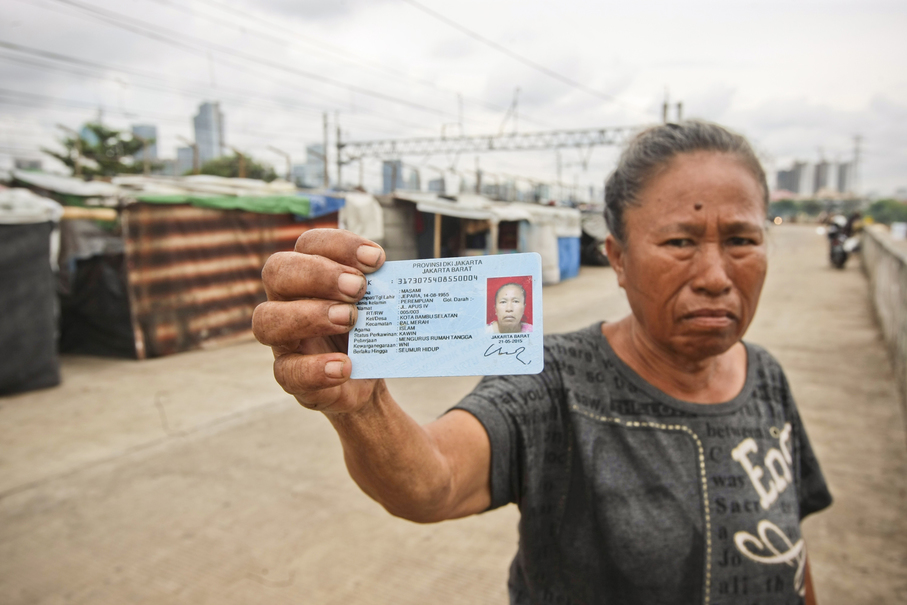 Jakarta Deputy Governor Sandiaga Uno claims many Western Flood Canal residents are illegal migrants from outside the capital. Masami, though, carries a Jakarta identity card (e-KTP). (JG Photo/Yudha Baskoro)
