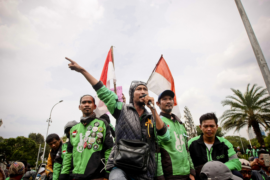 A motorcycle taxi driver speaks during the protest. (JG Photo/Yudha Baskoro)