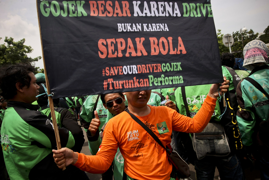 A banner reads: 'Go-Jek is great because of the drivers, not because of football.' (JG Photo/Yudha Baskoro)