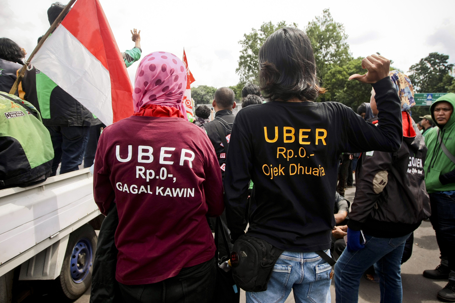 A couple wearing T-shirts with protest messages. (JG Photo/Yudha Baskoro)