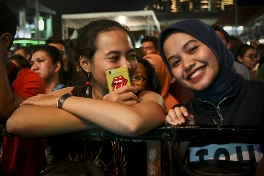 An all ages crowd enjoys themselves at The '90s Festival. (JG Photo/Yudha Baskoro)