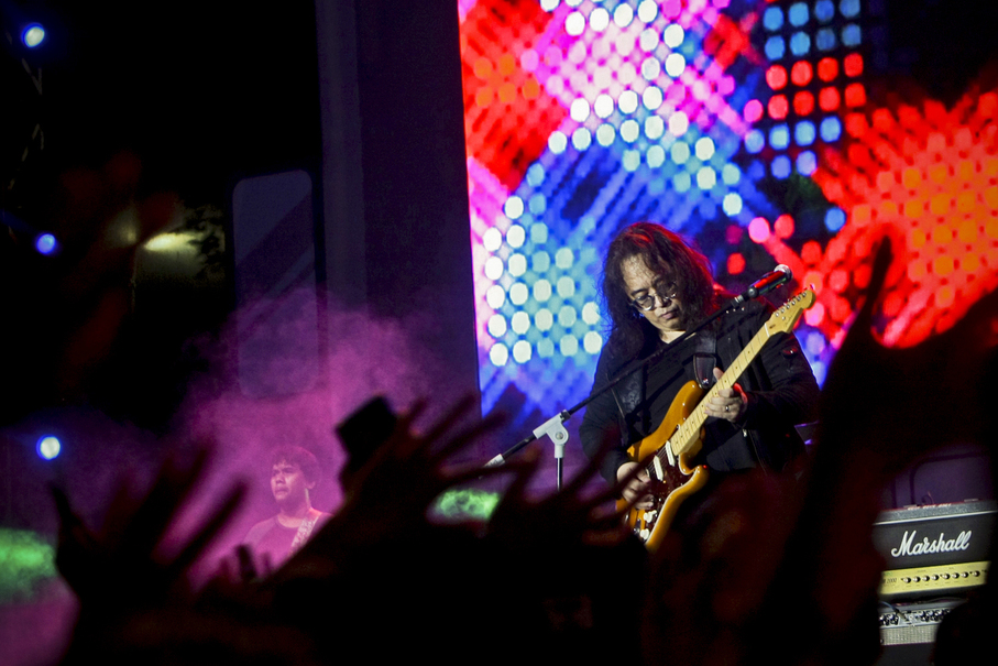 Kla Project's Lilo lets loose with a guitar solo at The '90s Festival. (JG Photo/Yudha Baskoro)