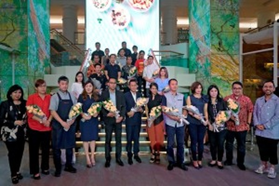 Stella Kohdong, far left, and Zamri Mamat, far right, pose with some of the chefs and owners of restaurant participating in 'Flavours of the World.' (Photo courtesy of Plaza Indonesia)