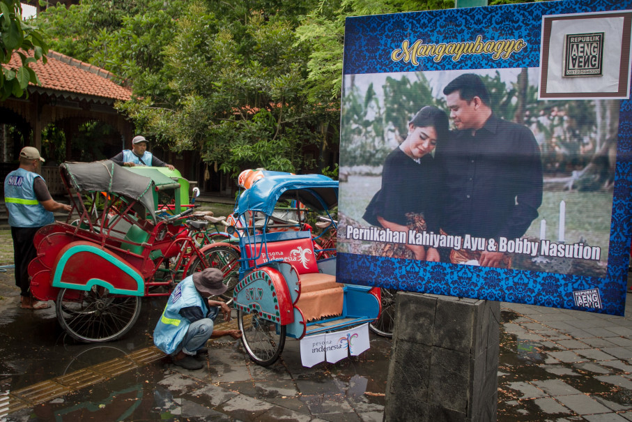 Becak (rickshaws) to take guests to the wedding reception are being cleaned. (Antara Photo/Mohammad Ayudha)