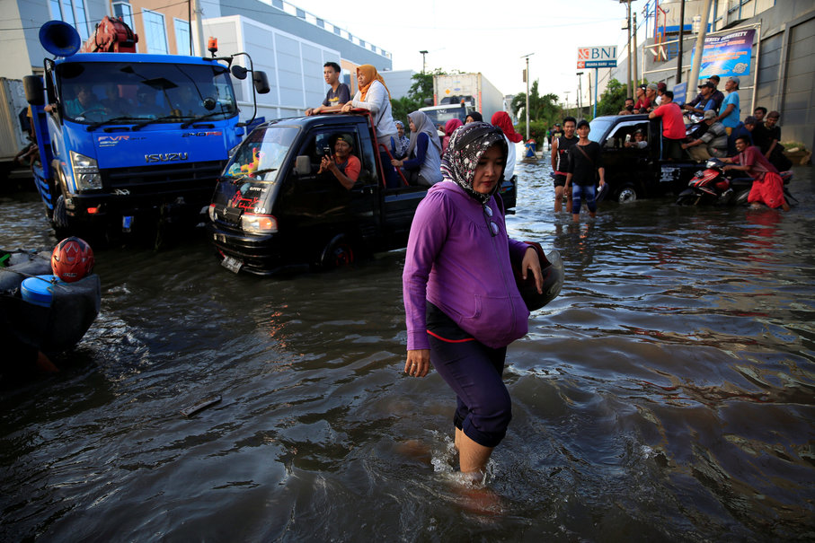 The flood plays havoc with traffic around the Muara Baru Market. (Reuters Photo/Beawiharta)