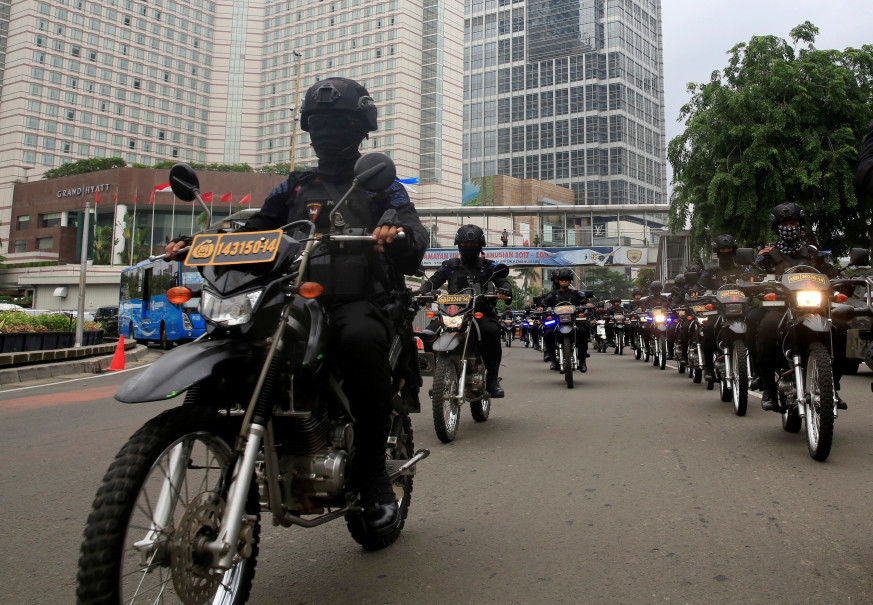 Mobile brigade policemen on motorbikes ride through the business district ahead of Christmas and New Year celebrations in Jakarta on Dec. 21, 2017. (Reuters Photo/Beawiharta)