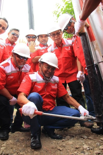 Telkom Network & IT Solutions Director Zulhelfi Abidin cuts copper cable as a sign of switching ICT services to 100% optical fiber in Cilegon City on Thursday (14/12).